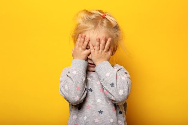 Маленький ребенок с закрытыми глазами