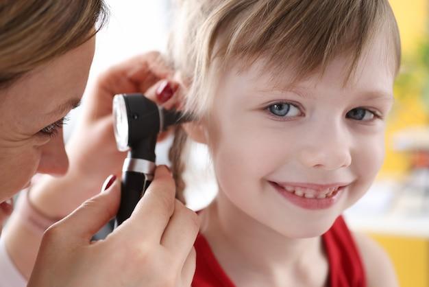 의사 시험 청력 편차가있는 어린 아이