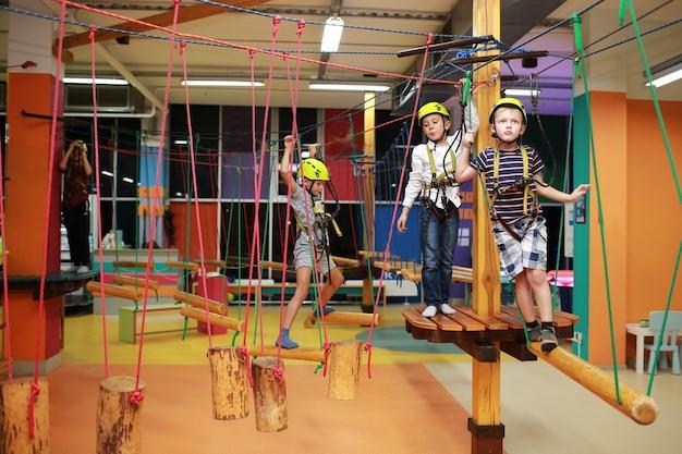 Маленькие дети веселятся на детском батуте. детский развлекательный центр.