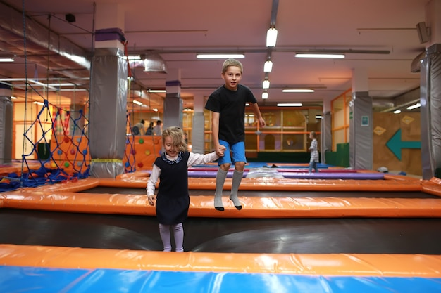 아이들이 트램폴린에 재미