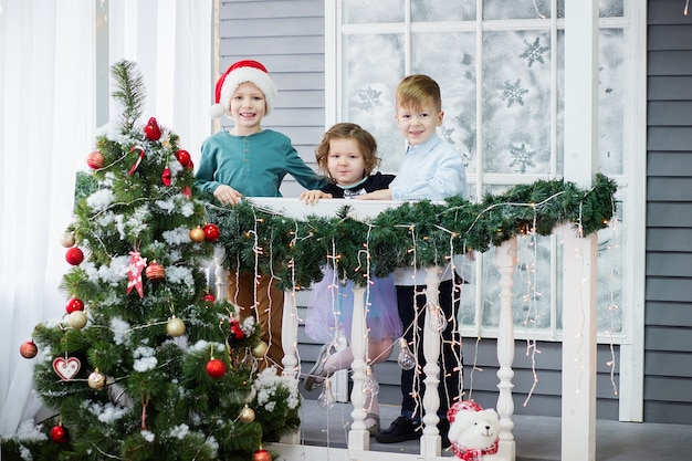 小さな子供たち新年とクリスマスを見越して