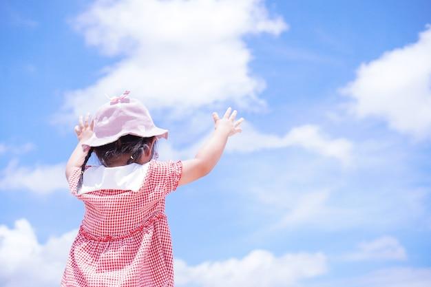 어린 아이들은 하늘을 향해 팔을 들어 올립니다
