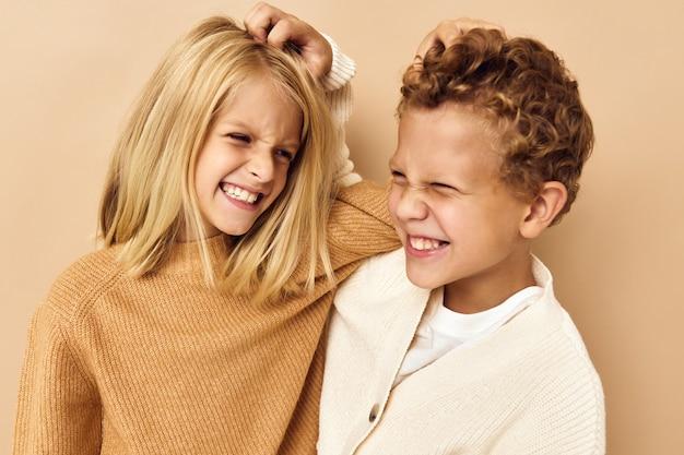 薄茶色の髪の孤立した背景を持つ小さな子供たち