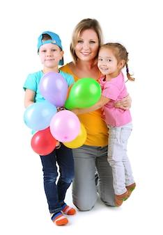 Маленькие дети с хорошей мамой, изолированные на белом фоне