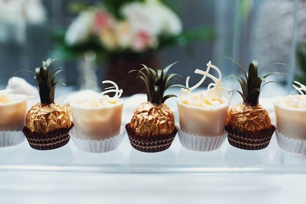 パイナップルのように装飾されたチョコレートが料理の上に立つ