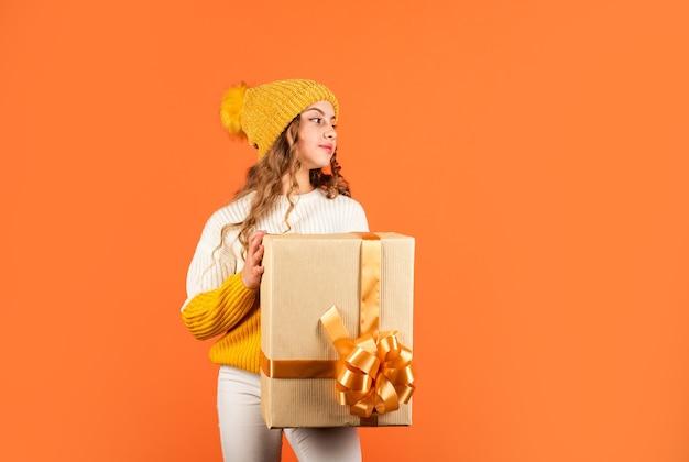작은 크리스마스 마술. 어린 시절의 행복. 큰 판매 및 쇼핑. 박싱 데이. 생일 축하 해요. 큰 놀라움을 선사합니다. 아이 크리스마스 선물. 가족 휴가 개념입니다. 산타를 기다리는 아이.