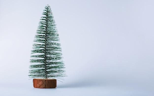 白いスペースに小さなクリスマスツリー。