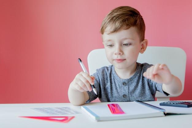 カラフルな鉛筆で書く小さな集中した子供