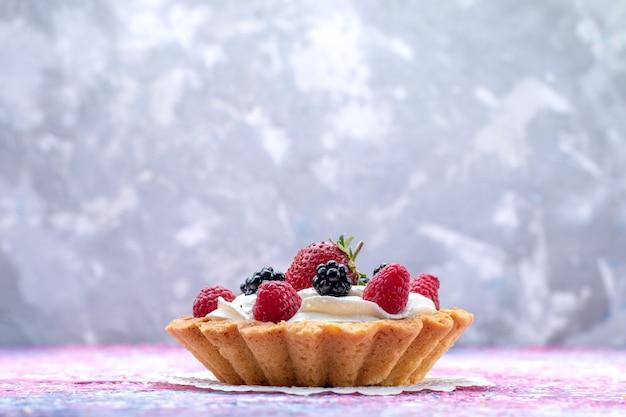 光の上のベリーと小さなクリームケーキ、ケーキビスケットベリー甘い焼き写真