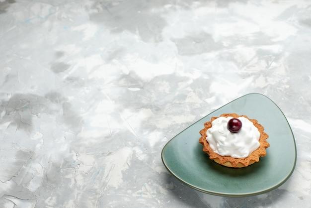 Маленький кремовый торт внутри тарелки на свете, торт выпечка сладкий пирог крем