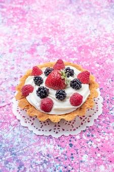 光の上のベリーと小さなクリーミーなケーキ、ケーキビスケットベリーの甘い焼き写真
