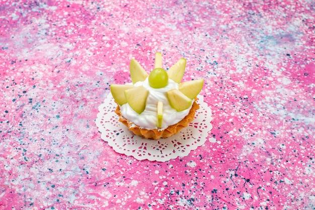 色付きのスライスしたフルーツと小さなクリーミーなケーキ、ケーキの甘い砂糖焼き