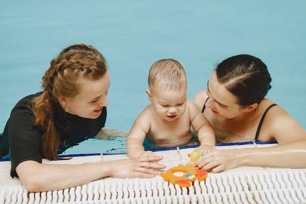 작은 귀여운 아기. 아이와 강사. 아들과 어머니
