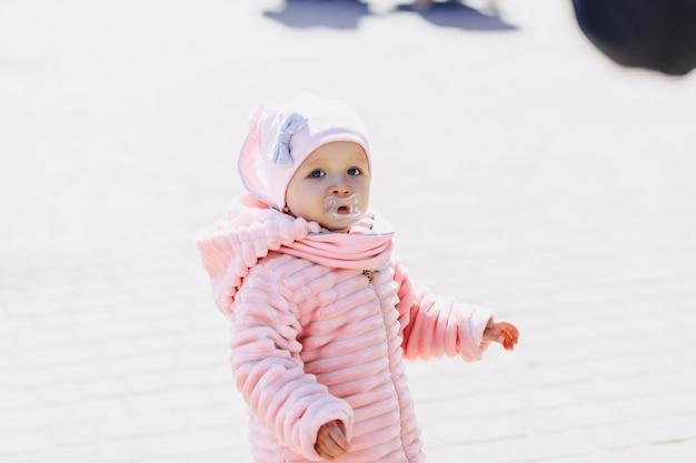 Маленькая милая прогулка ребенка на площади с птицами