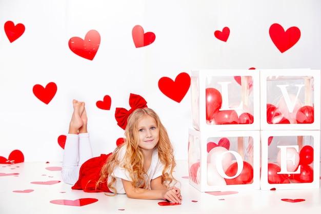 빨간 하트 재미 있고 행복 한 작은 귀여운 아름 다운 아이 소녀