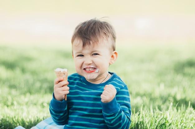 아이스크림을 먹는 귀여운 소년
