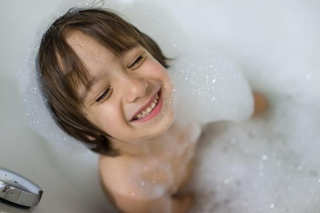 거품 목욕하는 데 귀여운 소년