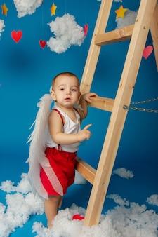 バレンタインデーの翼を持つ小さなかわいい男の子