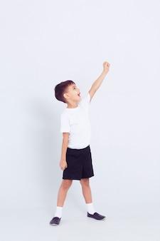 Маленький милый ребенок мальчик в форме белого танца на белом фоне