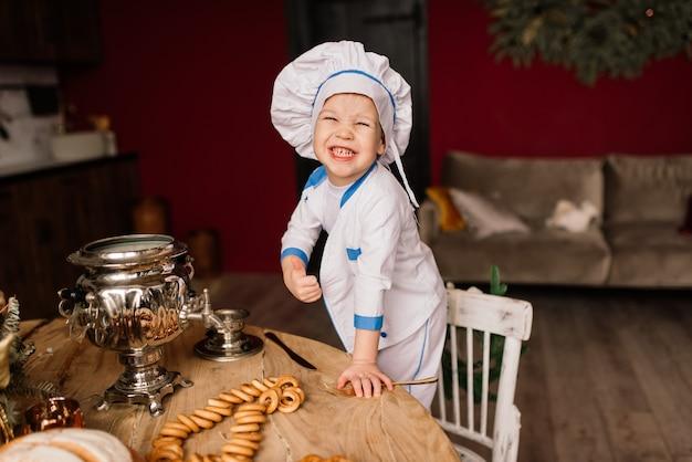 칼 붙이 부엌, 쌍둥이 형제, 귤, 베이글에 앉아 작은 귀여운 요리사