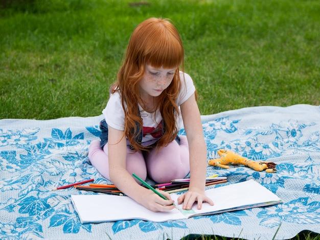 Маленькая милая девушка рисунок