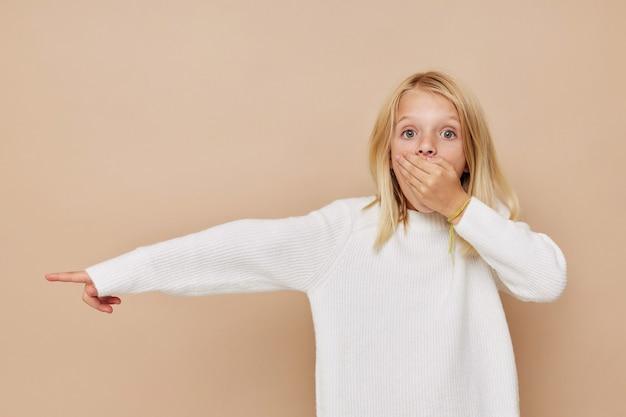 小さなかわいい女の子ファッショナブルなベビー服キッズライフスタイルコンセプト