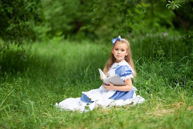 Маленькая милая девушка в костюме