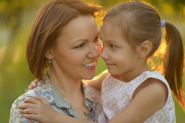 公園で母親と小さなかわいい女の子