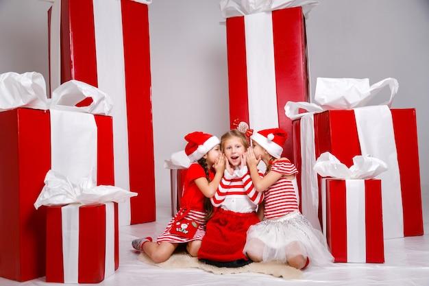 冬の休日の装飾と小道具を持つスタジオの小さなかわいい女の子。