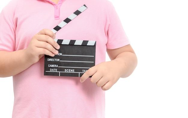 Маленький режиссер держит сланцевую пленку для создания видео кино