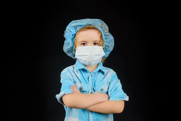 마스크에 작은 의사 의학 의료 마스크에 귀여운 소년 얼굴 마스크 보호 covid와 아이 소년
