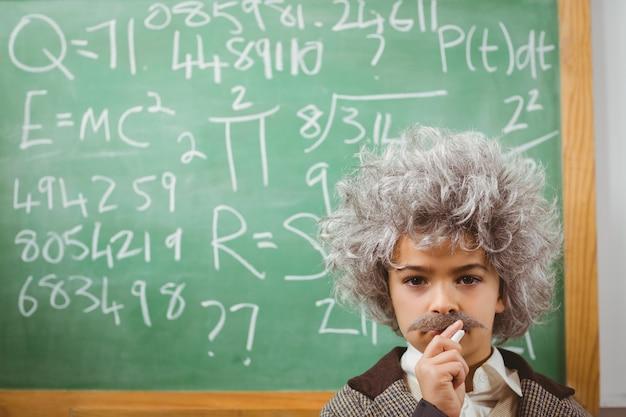 Маленький эйнштейн думает перед классной доской