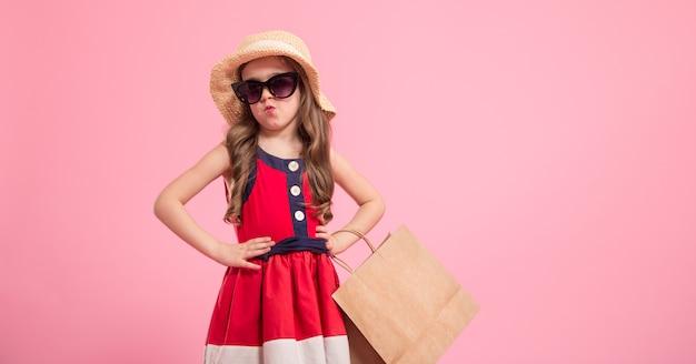 Маленькая модница на цветном фоне в маминых туфлях
