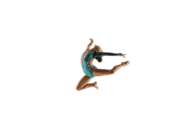 Piccola ginnasta femminile flessibile isolata sulla parete bianca