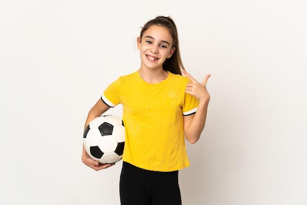 Маленькая девочка футболиста изолирована на белом фоне, показывая большой палец вверх жест