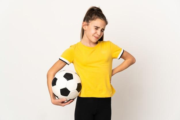 노력을 한 데 대한 요통으로 고통 흰색 배경에 고립 된 작은 축구 선수 소녀