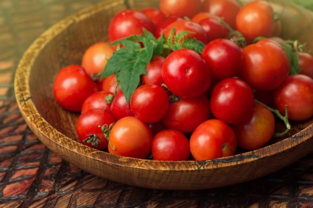 Маленькие свежие помидоры в миске. помидоры черри в миске