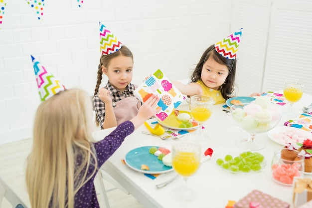誕生日の女の子を祝う小さな友達