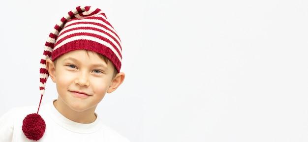 셔츠와 재미 있는 모자에 작은 재미 있은 소년. 흰색 배경에 고립