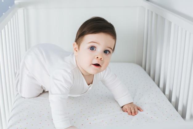 아기 침대에 누워 재미있는 소년