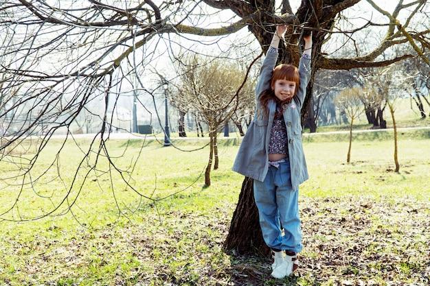 생강 소녀는 나무에 매달려