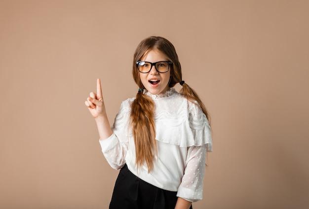 12歳の少女は人差し指、アイデアの概念で指摘します。