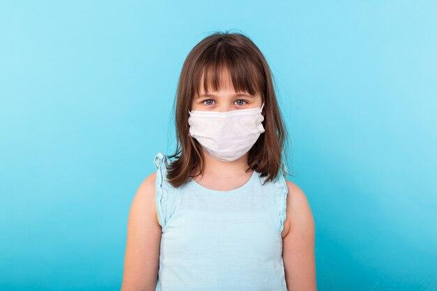 小さな女の子、青の医療マスクの子供