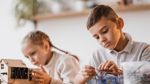 電気機器を一緒に見ている少女と少年