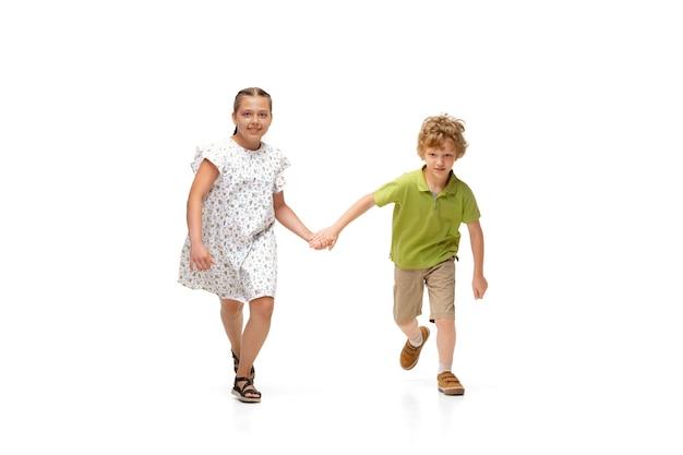 어린 소녀와 소년 실행에 격리 된 흰색 배경, 행복