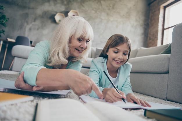 ソファに座っている少女と祖母
