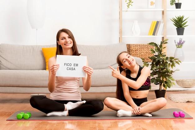 Маленькая девочка и мама упражнений