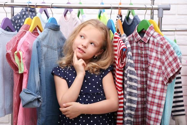 小さな女の子と新しい服