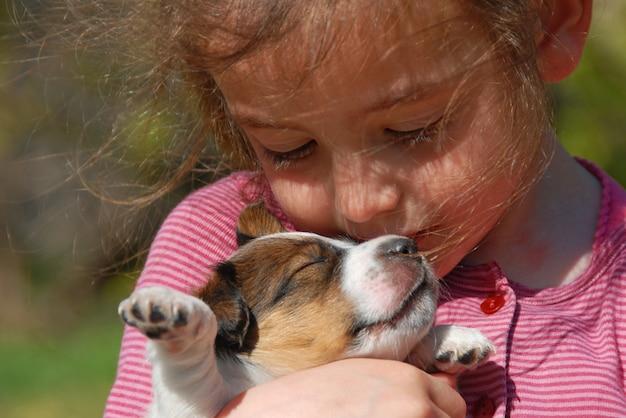 Маленькая девочка и щенок