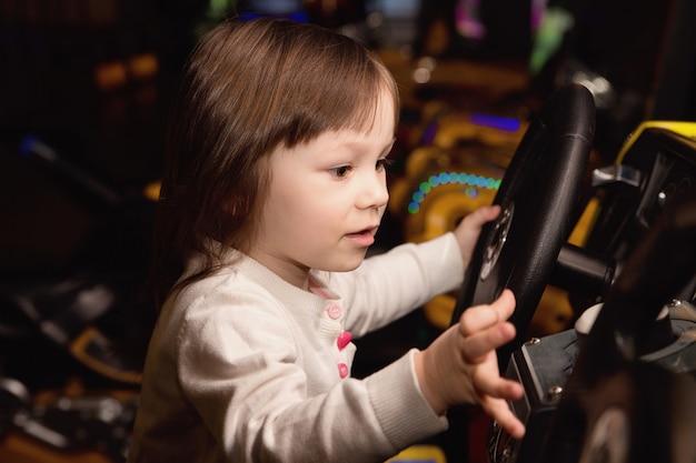 Маленькая девочка и игровые автоматы